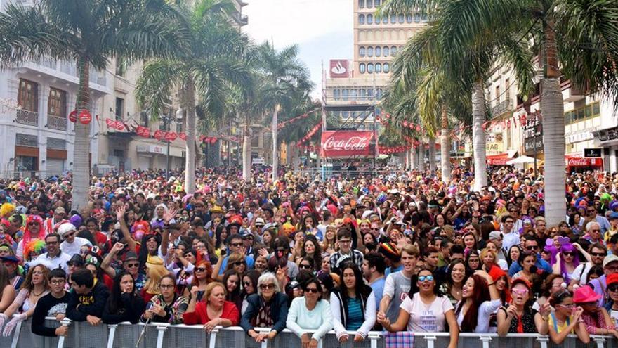 Numeroso público junto al escenario de la plaza de la Candelaria en el Carnaval de Día / Ayuntamiento de Santa Cruz