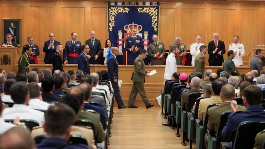 El rey resalta la aportación a la diplomacia de los cursos de Estado Mayor