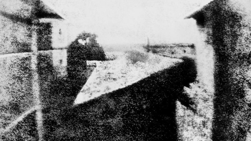 'Vista desde la ventana en Le Gras' (Point de vue du Gras), la fotografía más antigua que se conserva (junio de 1826)