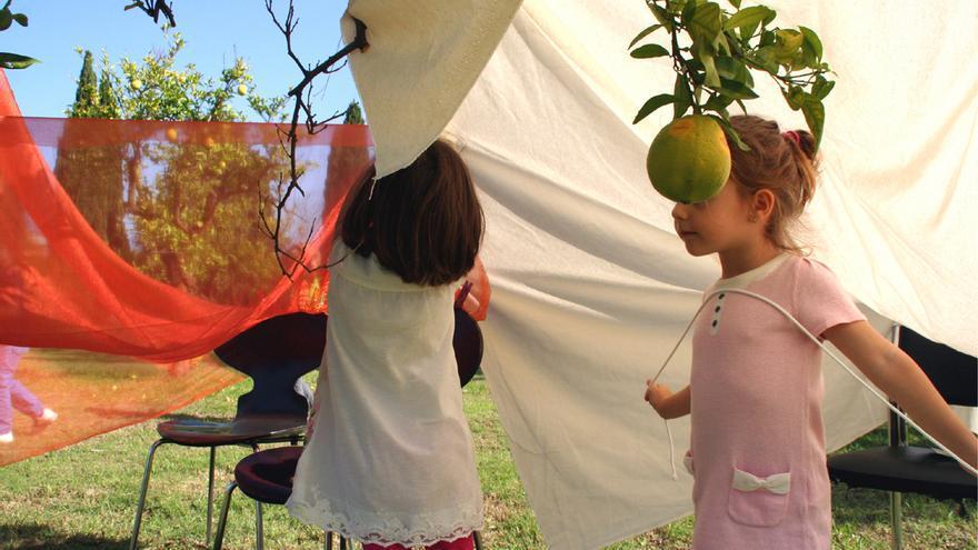 Uno de los talleres de Cuartocreciente donde los niños aprendieron a autoconstruirse una cabaña. / Cuartocreciente