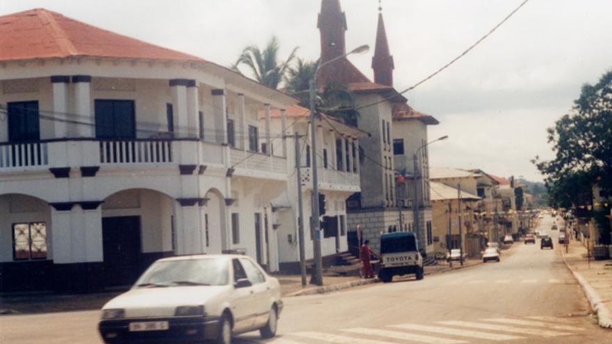 Imagen de la fachada de una comisaría en Malabo. © AI