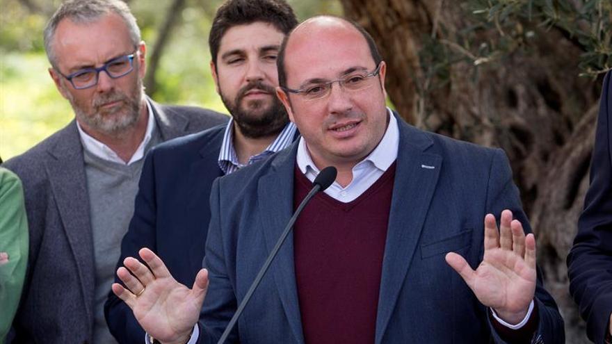 El juez atribuye al presidente de Murcia los delitos de fraude y cohecho