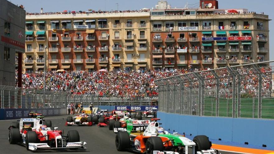 Los monoplazas ruedan por el circuito urbano de Valencia en el Gran Premio de 2009