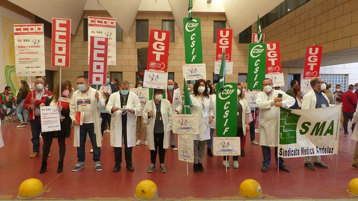 Protesta de trabajadores del SAS ante el Hospital Reina Sofía.