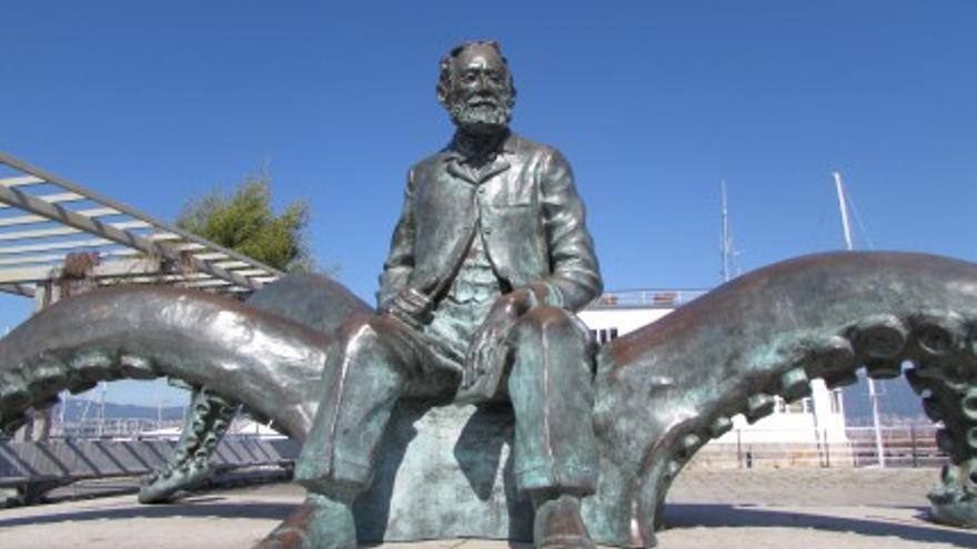 Estatuta de Jules Verne en el puerto de Vigo