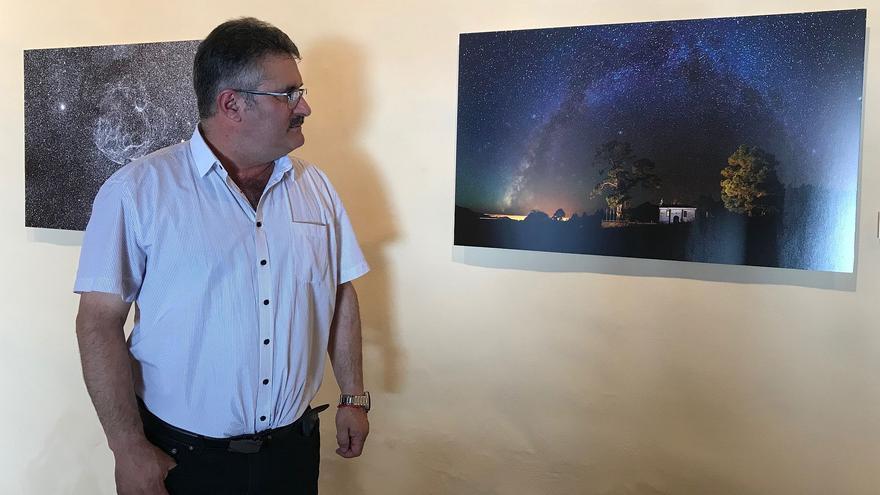 El consejero de Cultura y Patrimonio Histórico del Cabildo, Primitivo Jerónimo, ha visitado este miércoles la exposción de las mejores obras presentadas al IX Concurso Internacional de Astrofotografía.