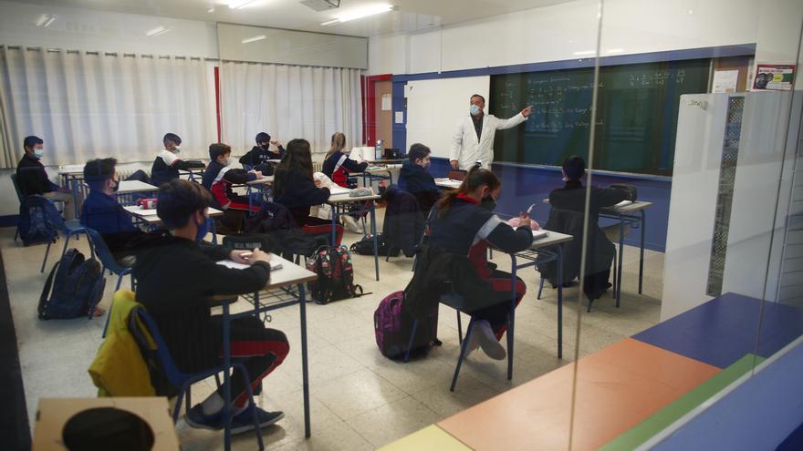Archivo - Un profesor en una clase. Archivo