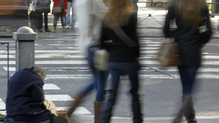 Una mujer pide limosna en una calle de Bilbao.