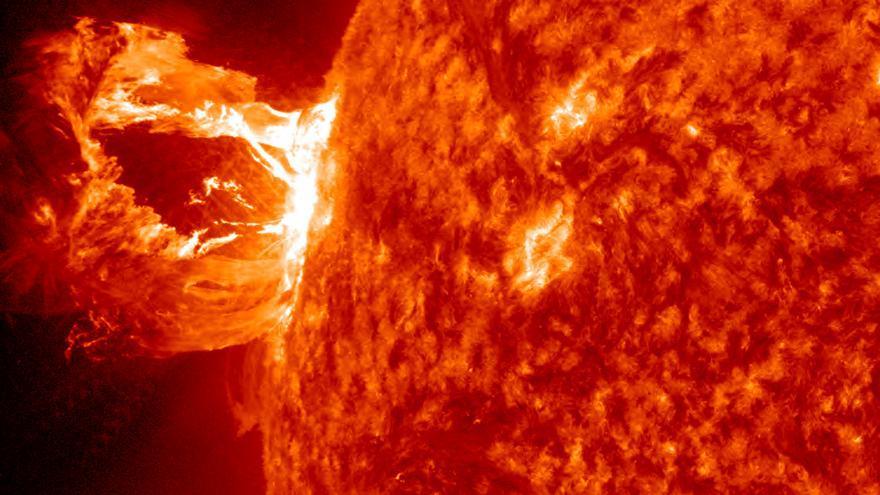 Imagen de una erupción solar capturada por el Observatorio de Dinámica Solar de la NASA