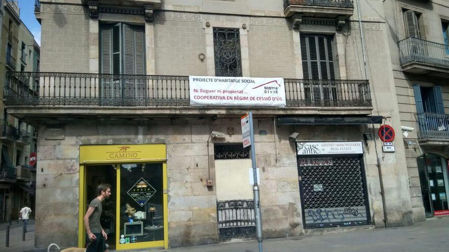 Edificio situado en la calle Princesa de Barcelona, donde Sostre cívic promociona una cooperativa en cesión por uso  Foto: TOMEU FERRER