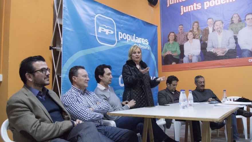 Mari Carmen Contelles y Vicente Betoret, a su derecha, en un acto del PP en Bétera (Valencia).