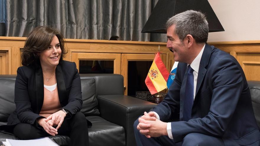 """Sáenz de Santamaría prefiere ser """"muy respetuosa"""" y no opinar sobre si el PP canario debe entrar en el Gobierno regional"""