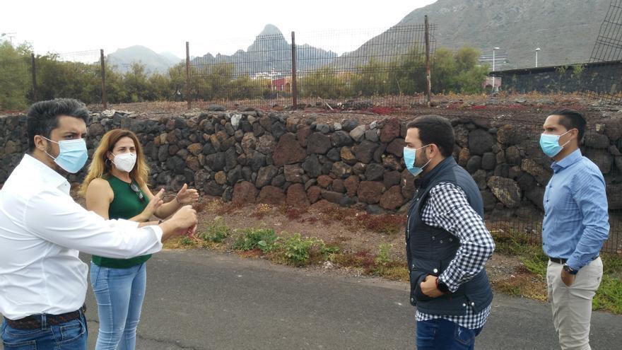 El alcalde de La Laguna, Luis Yeray Gutiérrez, a la izquierda en la imagen, junto a concejales y técnicos, inspeccionan el lugar destinado a aparcamientos.