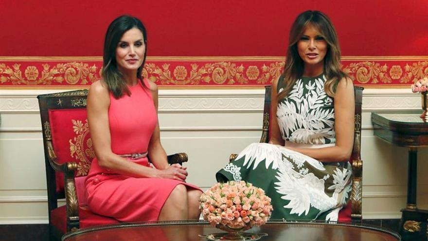 03a185b02 Melania Trump habla con la reina de
