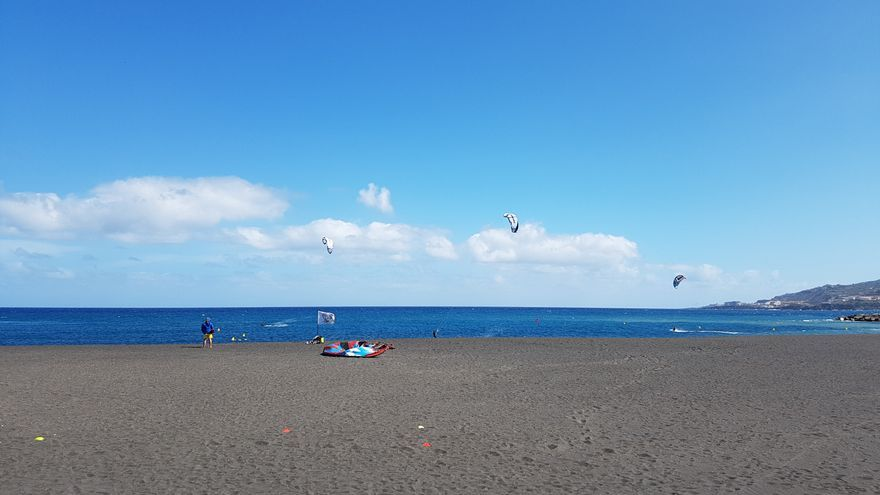 Varios kitesurfistas, este jueves, practicando su deporte favorito en las aguas que bañan la playa de Santa Cruz de La Palma.