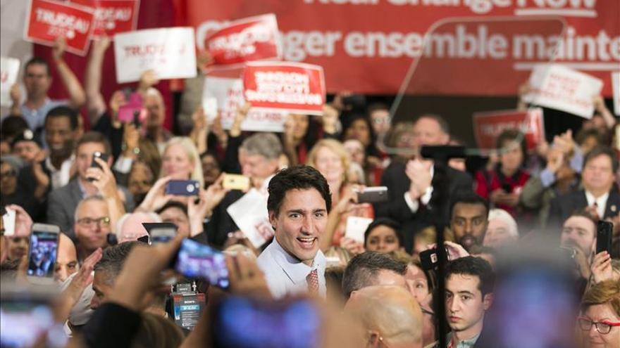 Justin Trudeau llega caminando a la ceremonia de su investidura
