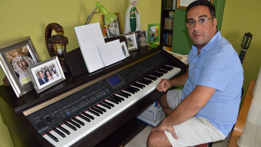 El pianista solidario, en la habitación de su casa donde compone.