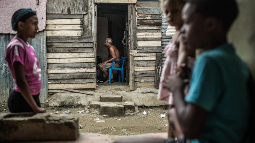 Vicente en su refugio del albergue temporal de Canta la Rana. Miles de personas afectadas por las tormentas tropicales e inundaciones fueron re colocadas en estos barracones.
