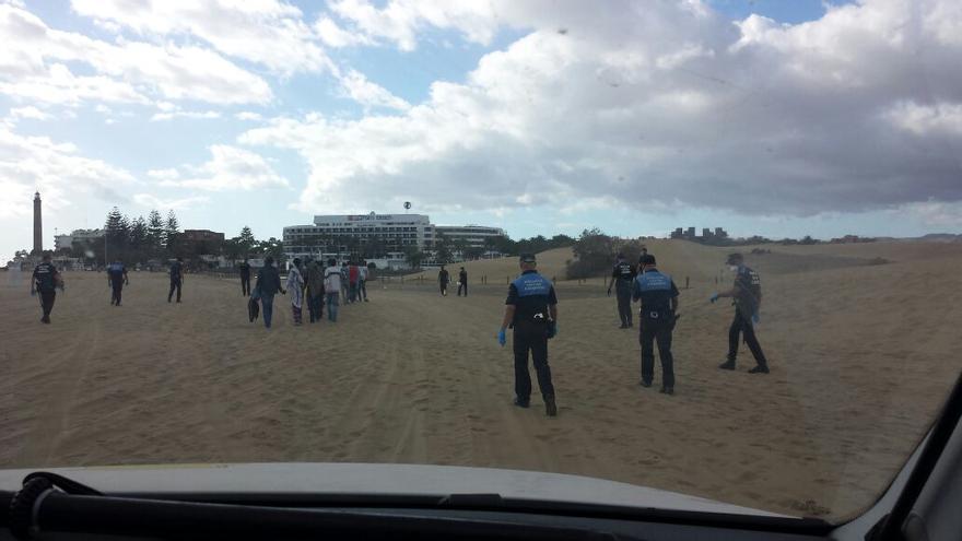 Los inmigrantes que llegaron en patera a la costa de Gran Canaria fueron trasladados en un camión del servicio de limpieza.