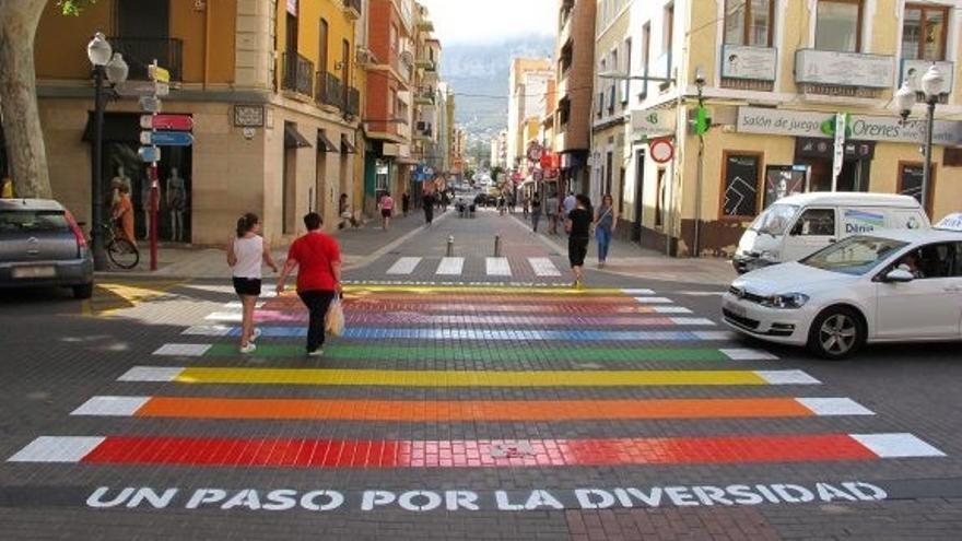 El paso de cebra arco iris pintado en 2016 en la calle Campo originó los insultos homófobos del agente al regidor