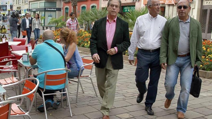 Los candidatos al Senado, José Vicente González (i), y al Congreso, Francisco Hernández Spínola (c), junto al secretario de organización del PSC-PSOE, Julio Cruz (d), se dirigen a la Junta Electoral provincial para presentar sus candidaturas