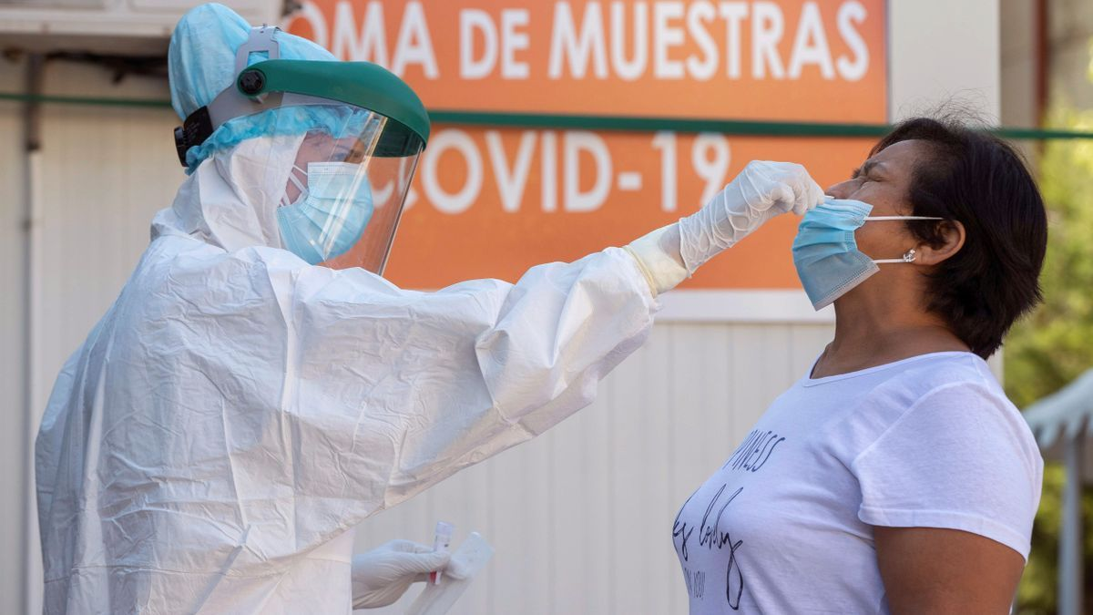 Una enfermera toma una muestras para una prueba PCR. EFE/Marcial Guillén/Archivo
