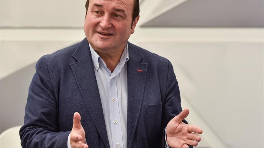 Ortuzar y Otegi piden juntos al Gobierno que ayude al desarme de ETA