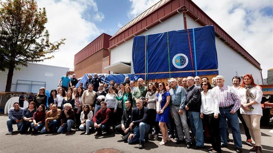 Personal del IAC posa junto al instrumento EMIR, que salió hoy de Tenerife con destino al Observatorio del Roque de Los Muchachos, en La Palma /Ramón de la Rocha/EFE